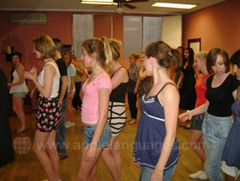 Studenten tijdens de dansles