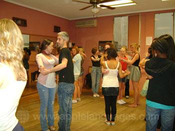 Studenten die leren hoe ze moeten dansen