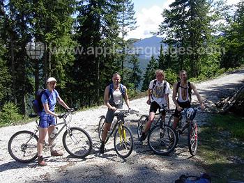 Studenten aan het mountainbiken