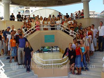 Studenten op de trappetjes van onze school