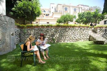 Studenten aan het studeren in de tuin