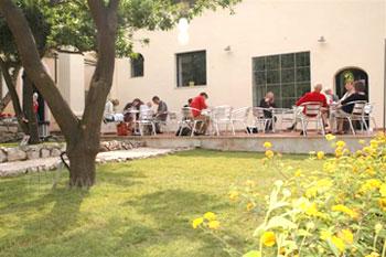 Studenten bij de patio van de school