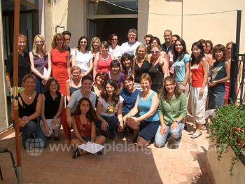 Studenten op de patio van de school