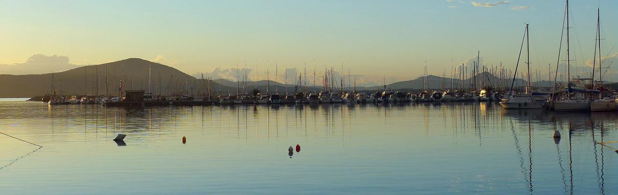 De haven van Alghero bij zonsondergang