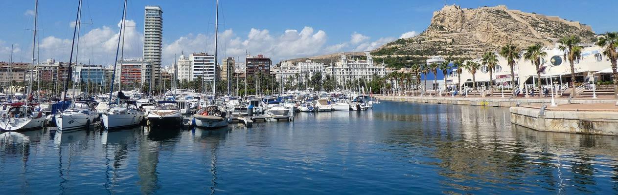 De haven van Alicante met Castillo de Santa Barbara