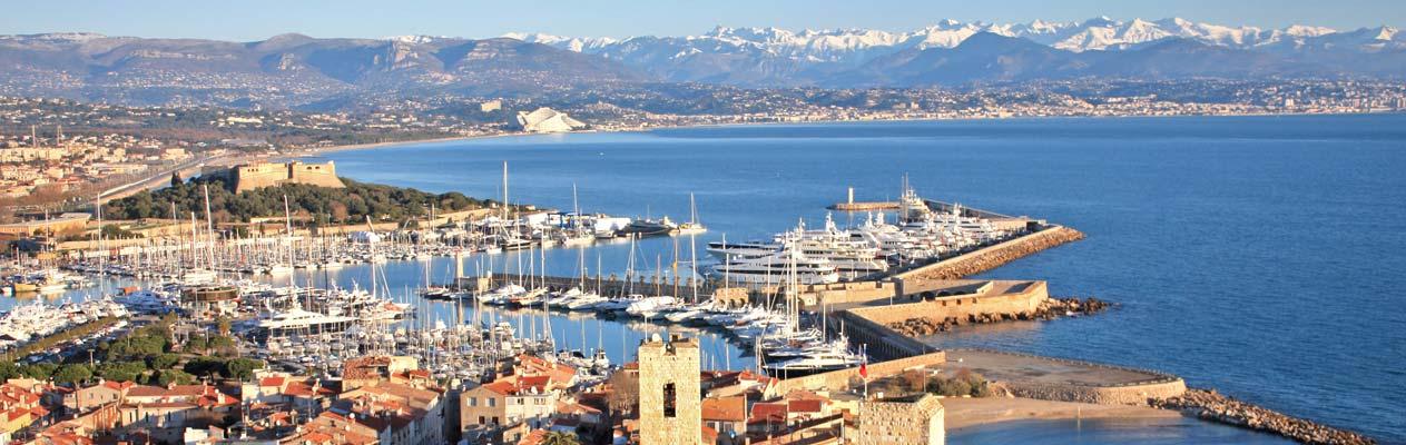 Uitzicht over de haven van Antibes en de Alpen
