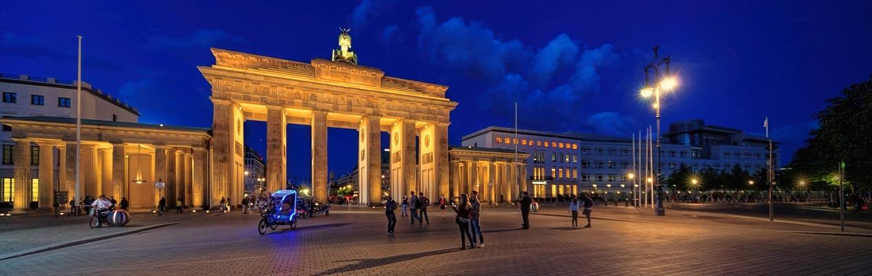 De Brandenburger Tor in Berlijn bij nacht