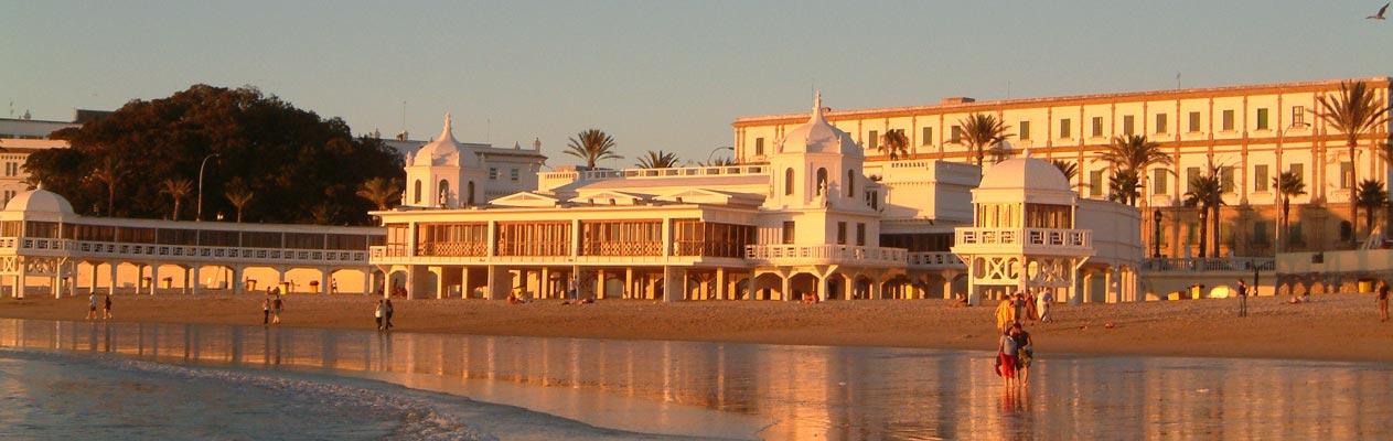 Zonsonderdang aan het strand van Cadiz