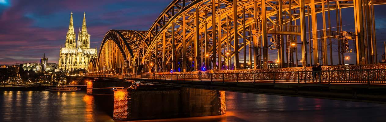 Dom en Hohenzollern Brug in Keulen bij nacht