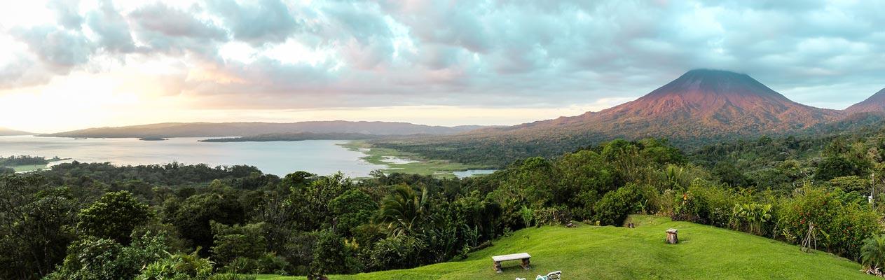 Vulkaan en kustlijn in Costa Rica