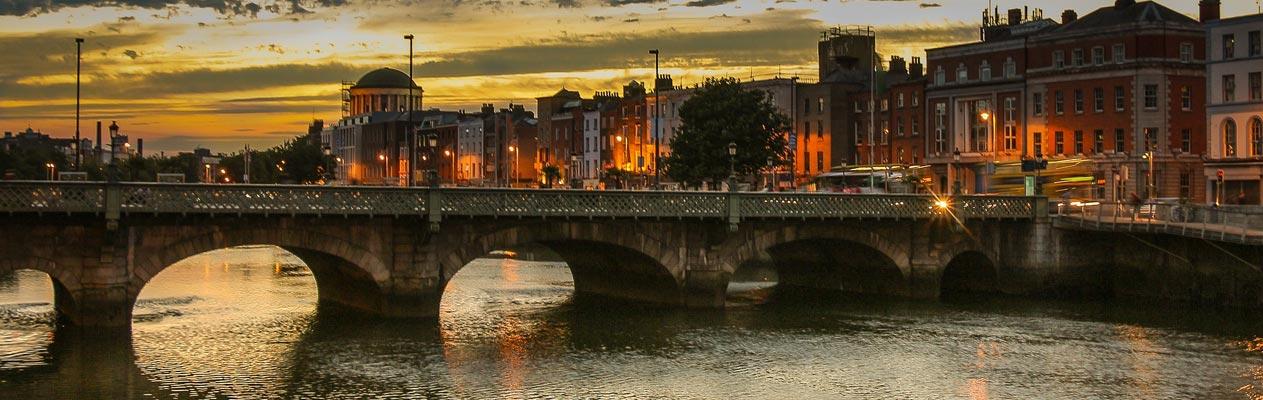 Brug bij avondschemering in Dublin, Ierland