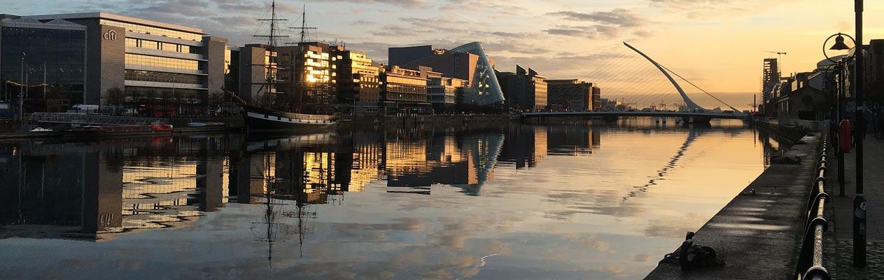 Uitzicht van Dublin over de Liffley Rivier