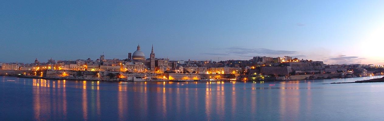 Valetta, de hoofdstad van Malta tijdens avondschemering
