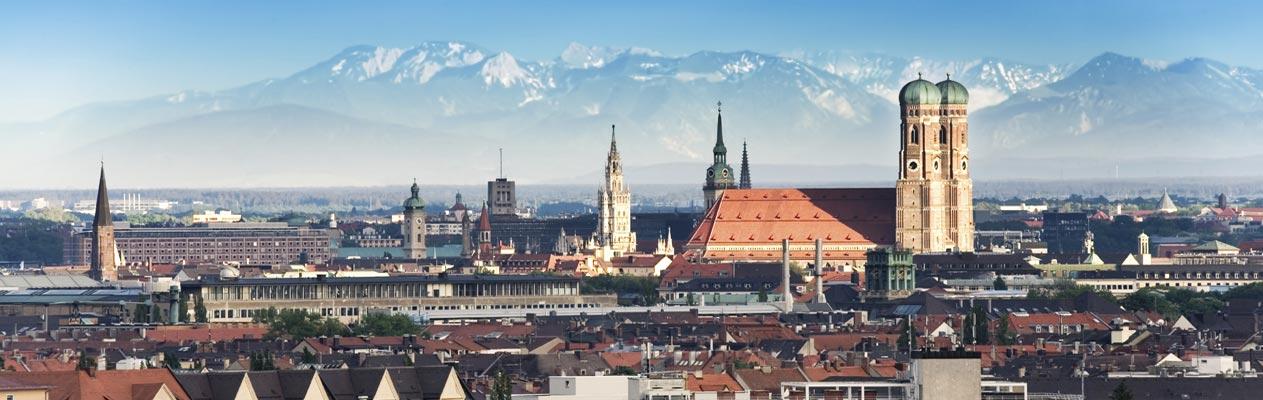 Skyline van München met Duitse Alpen