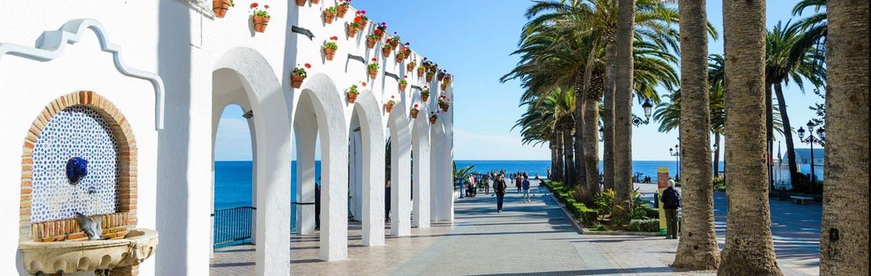 Witte gebouwen in Nerja, Costa del Sol