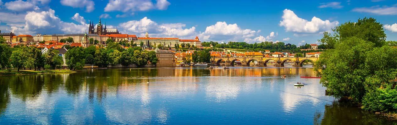 Uitzicht van Praag over de Vltava rivier