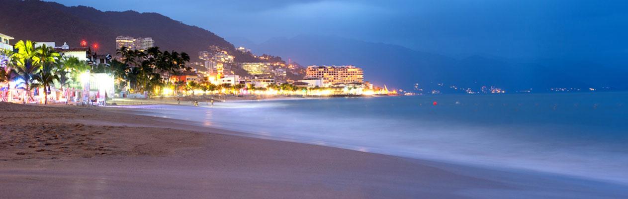 Puerto Vallarta Beach bij avondschemering, Mexico