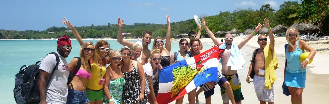 Vrolijke studenten Spaans aan een strand in Sosúa