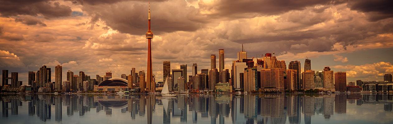 Skyline van Toronto bij avondschemering vanaf Centre Island