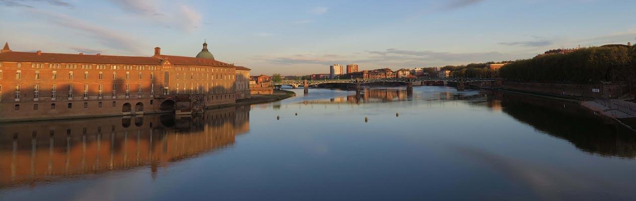 Toulouse vanuit rivier de Garonne in Frankrijk